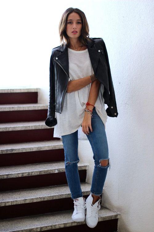 Девушка в джинсах и высоких кедах