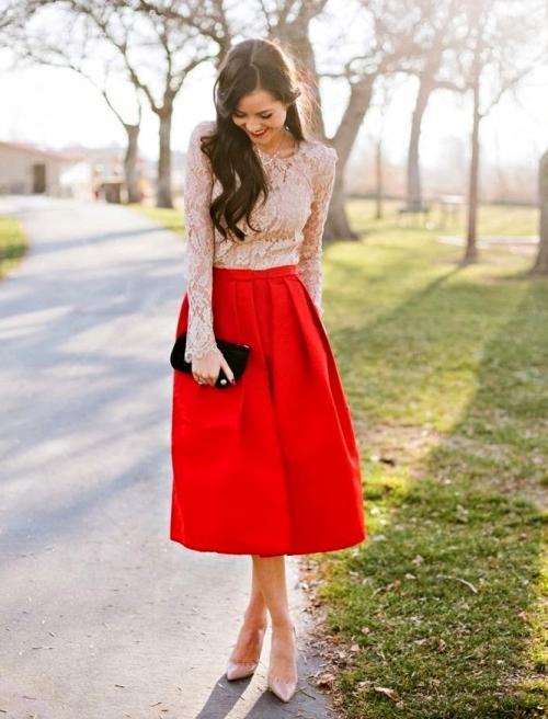 Красная юбка-миди и светлый верх