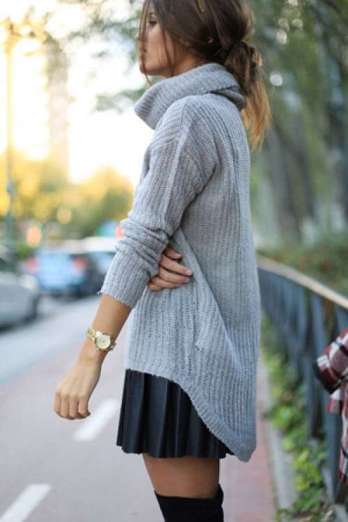 Серый свитер с короткой юбкой