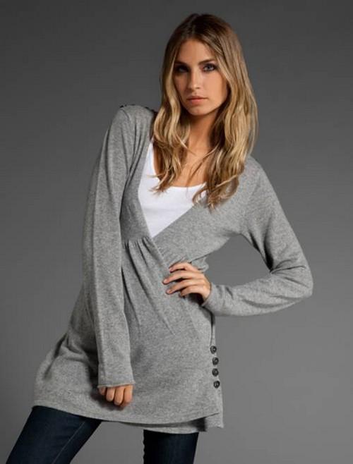 Серый свитер и леггинсы