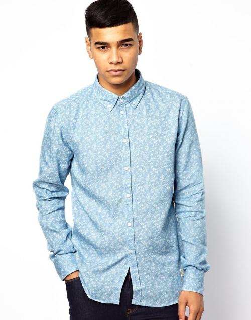 Голубая рубашка и темные брюки