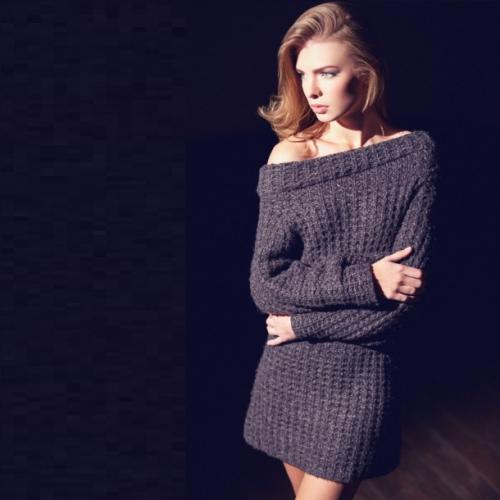 Серое вязаное платье на девушке