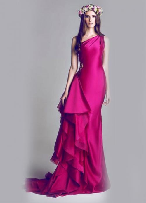 Платье цвета фуксии на девушке