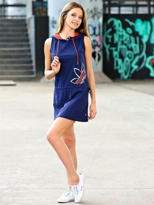 Короткое синее платье в спортивном стиле