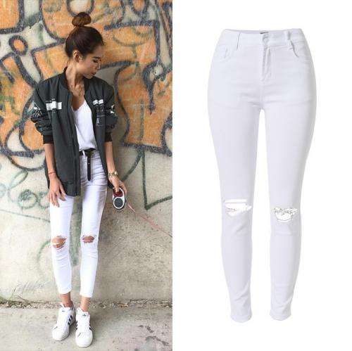 Девушка в белых джинсах