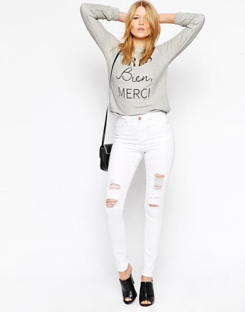 Белые джинсы и серая кофта