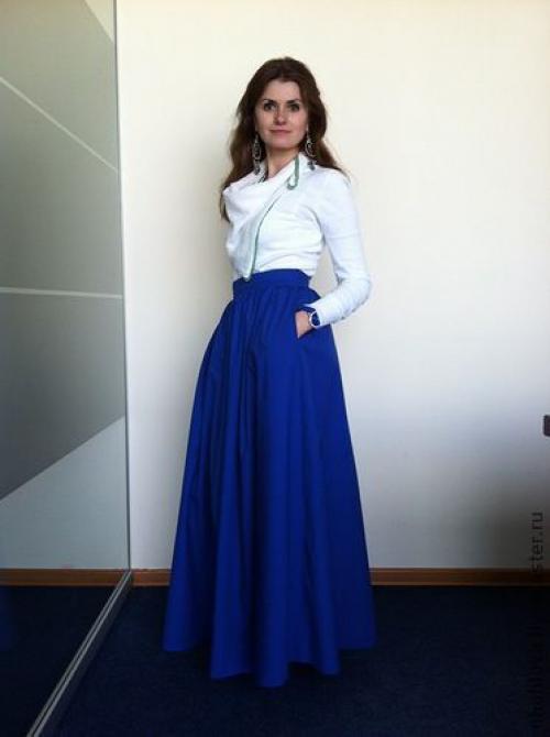 Белая блузка и темно-синяя юбка