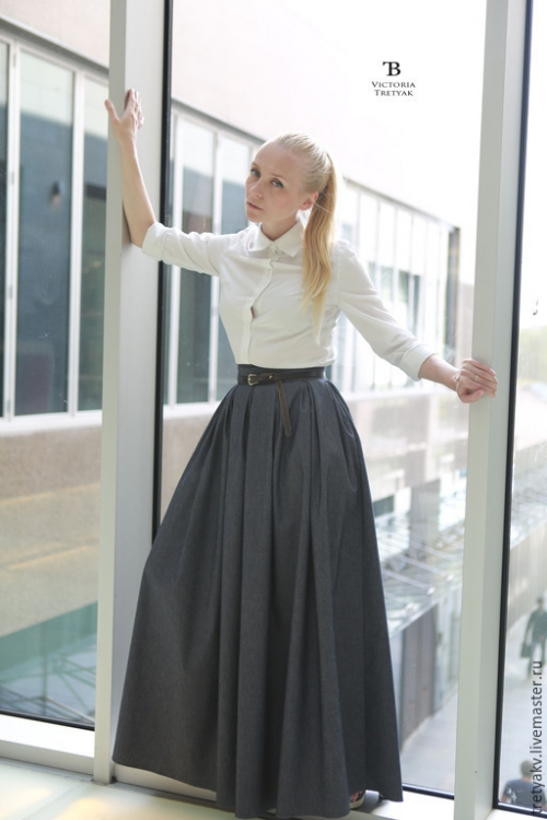 Темная длинная юбка и блузка