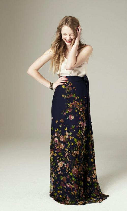 Длинная черная юбка в цветочек и топ