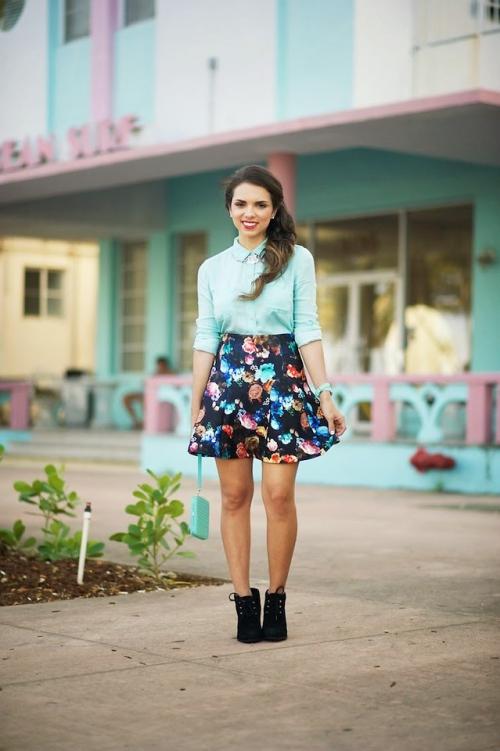 Голубая блузка и черная юбка в цветок