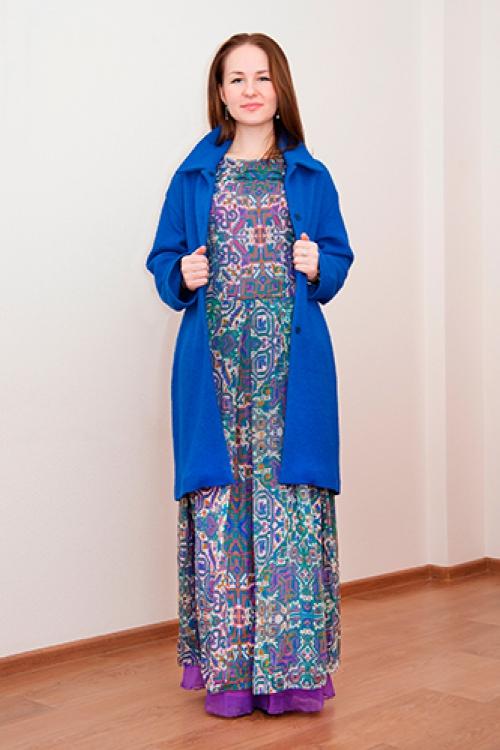 Синее пальто и узорчатое платье в пол