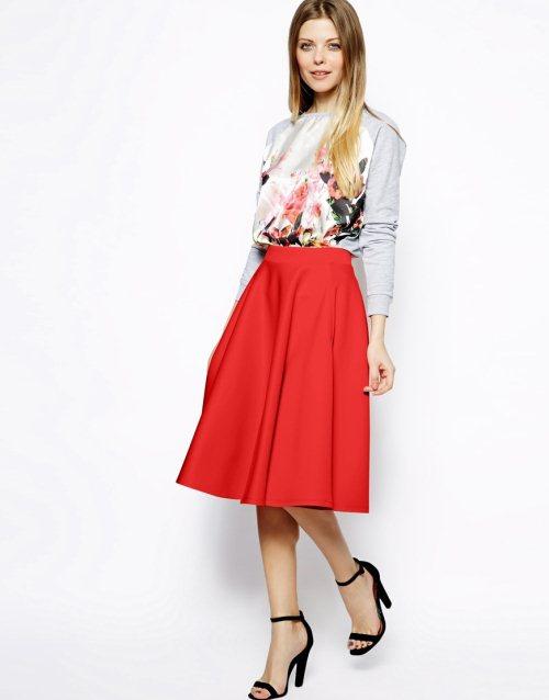 Красная юбка ниже колен