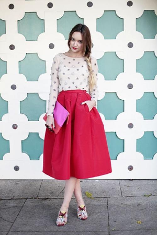 Красная юбка-миди и белая блузка