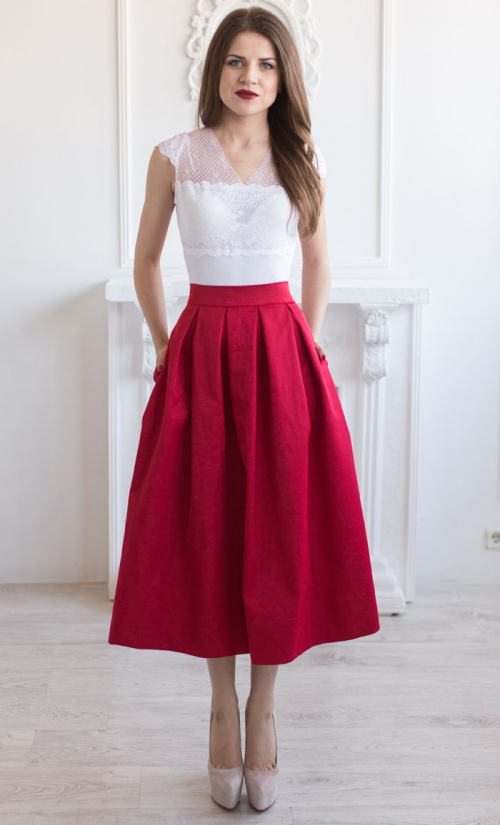 Красная юбка и белая кружевная футболка