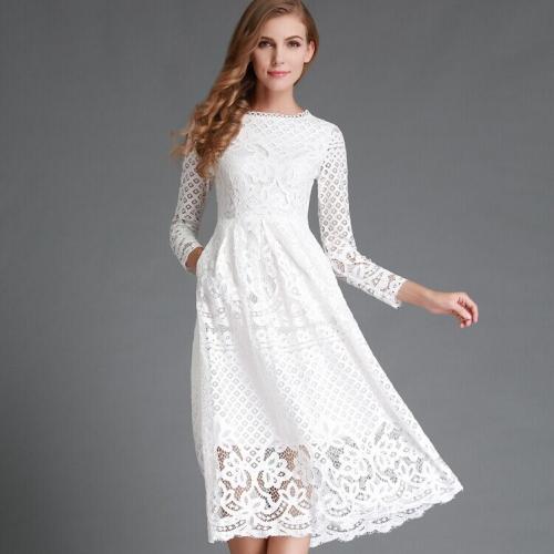Белое кружевное платье на девушке