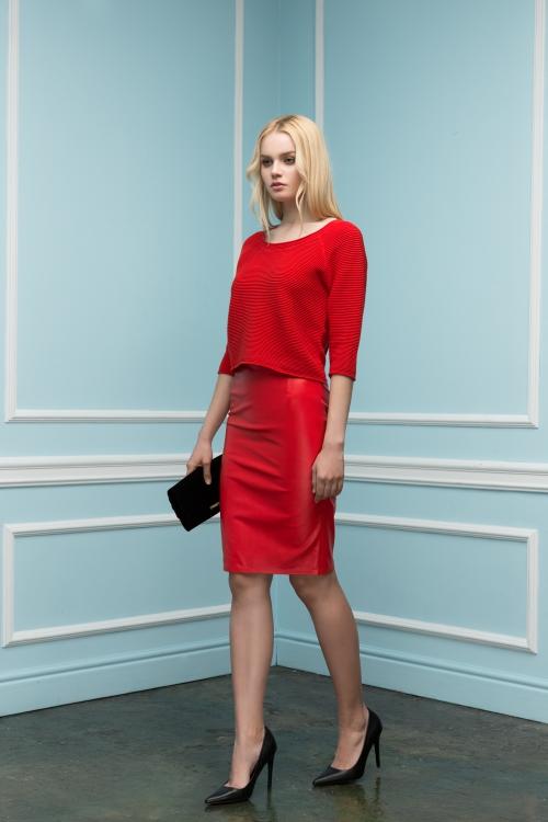 Красная кожаная юбка и кофта