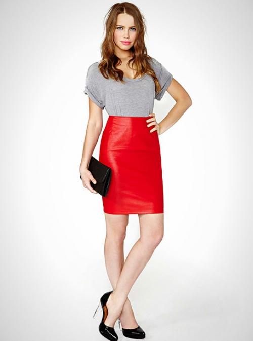 Красная юбка из кожи и серая футболка