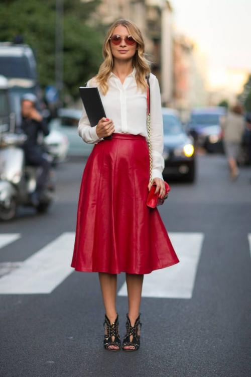 Красная кожаная юбка и белая рубашка
