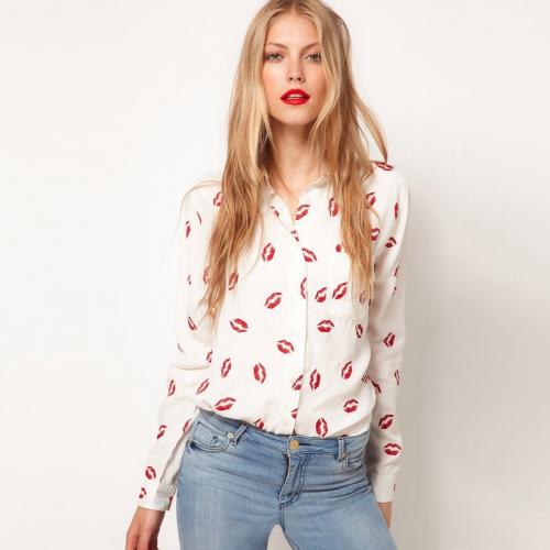 Девушка в белой рубашке с отпечатками помады