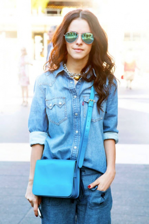 Девушка в джинсовой рубашке и очках