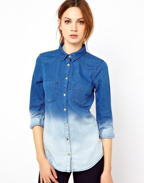 Девушка в рубашке из джинсовой ткани