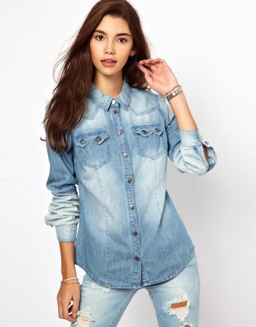 Голубая джинсовая рубашка на девушке