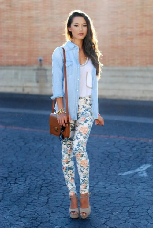 Девушка в голубой рубашке и ярких джинсах