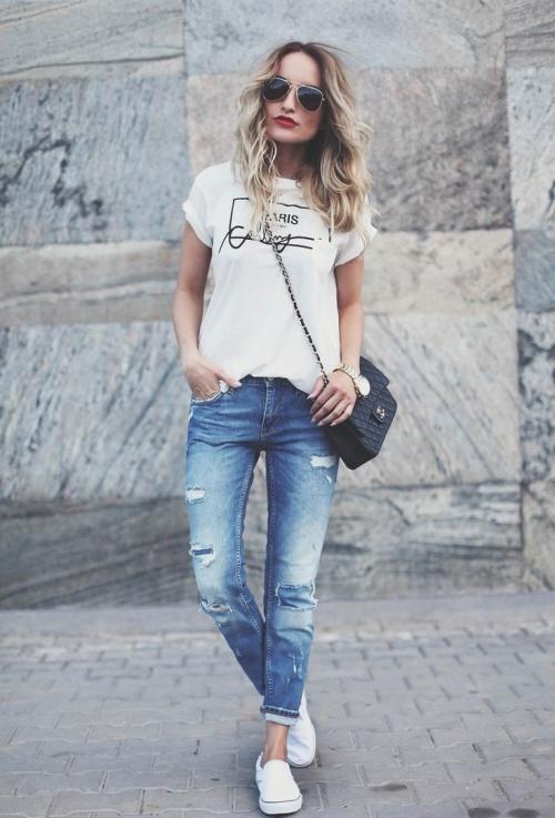 Джинсы со светлой футболкой