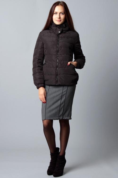 Девушка в черной куртке и юбке