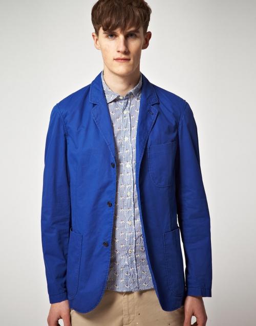 Синий пиджак и рубашка с бежевыми брюками