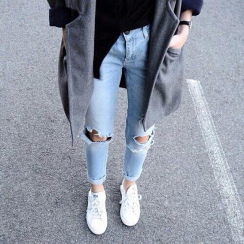 Рваные джинсы и белые кроссовки