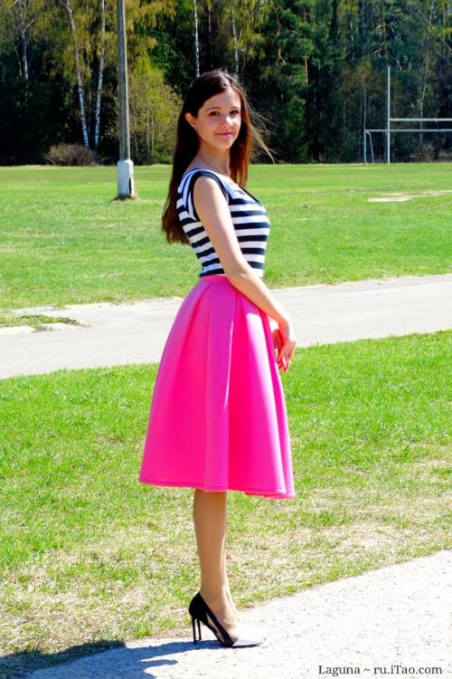 Пышная розовая юбка-миди на девушке