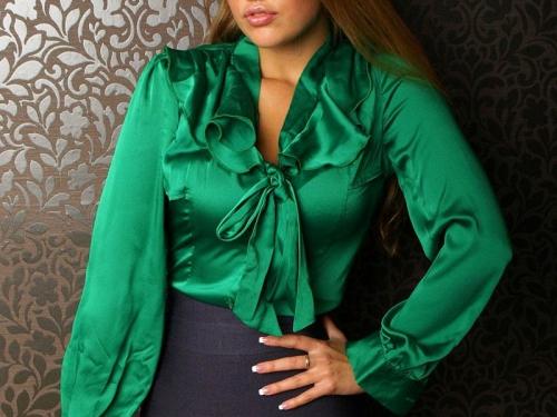 Атласная зеленая блузка с бантом