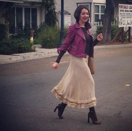 Бежевая юбка и фиолетовая куртка