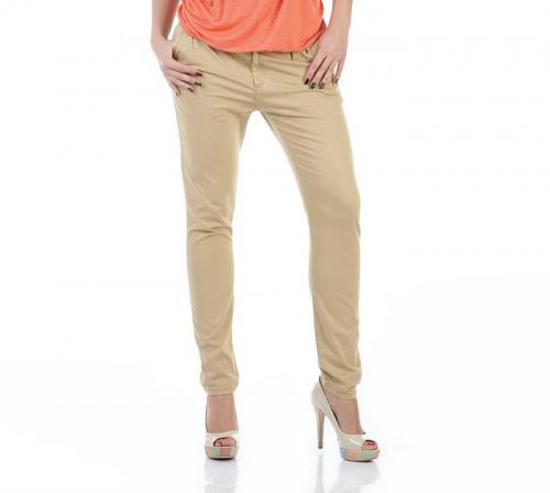 Девушка в песочных джинсах и оранжевой футболке