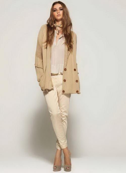 Песочные джинсы и бежевая куртка