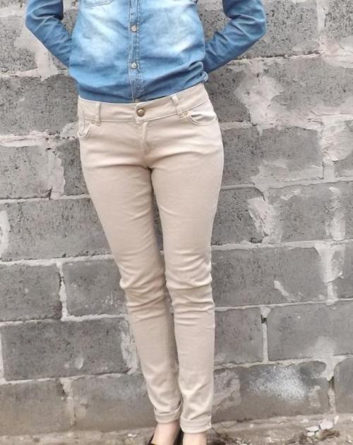 Песочные джинсы и голубая куртка