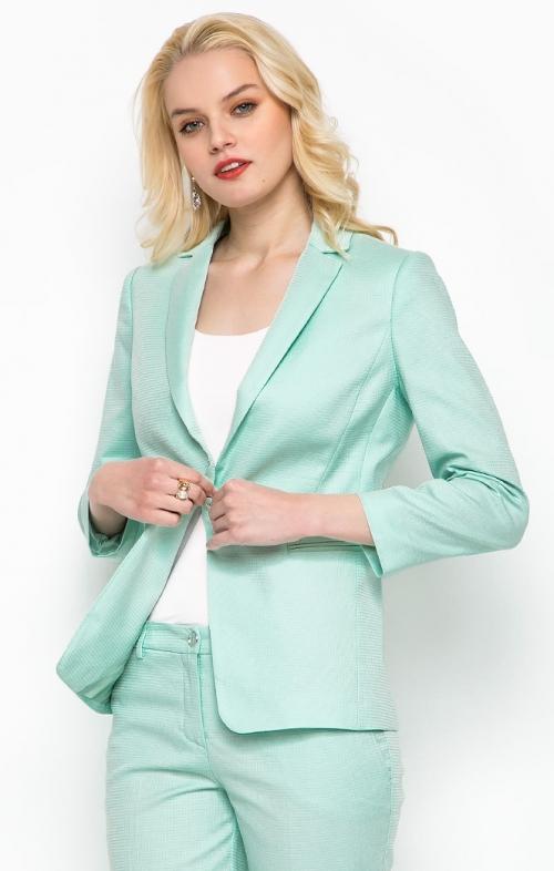 Девушка в мятном пиджаке и брюках