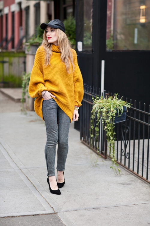 Горчичный свитер и серые лосины