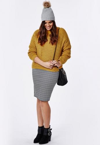 Горчичный свитер и мини-юбка