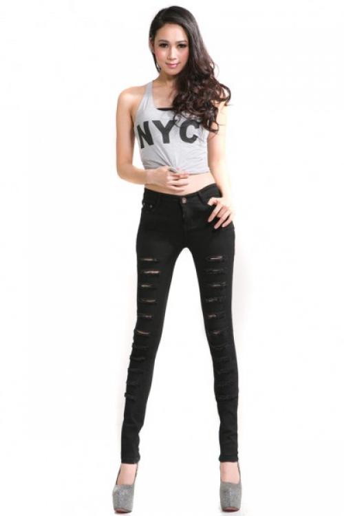 Серая майка и черные джинсы