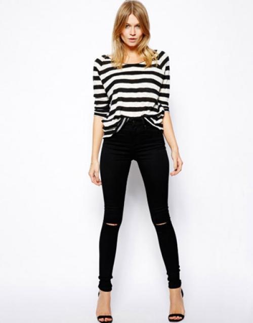 Черные джинсы и тельняшка
