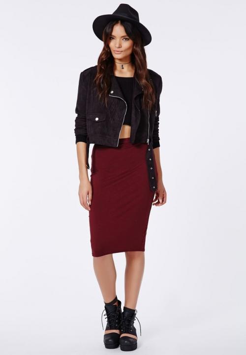 Девушка в бордовой юбке и черной куртке