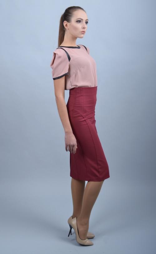 Бордовая юбка и розовая блузка