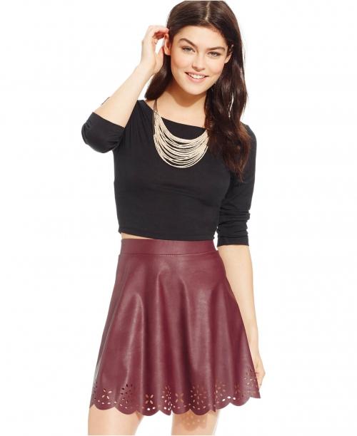 Бордовая кожаная юбка и черная кофта