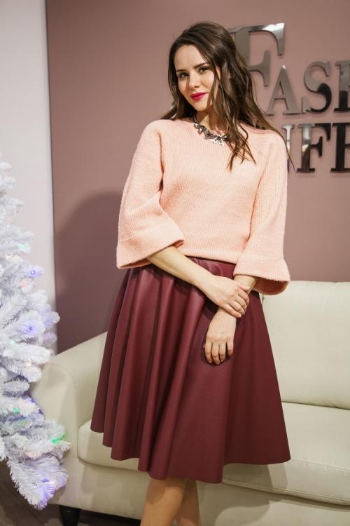 Бордовая юбка и светлая блузка