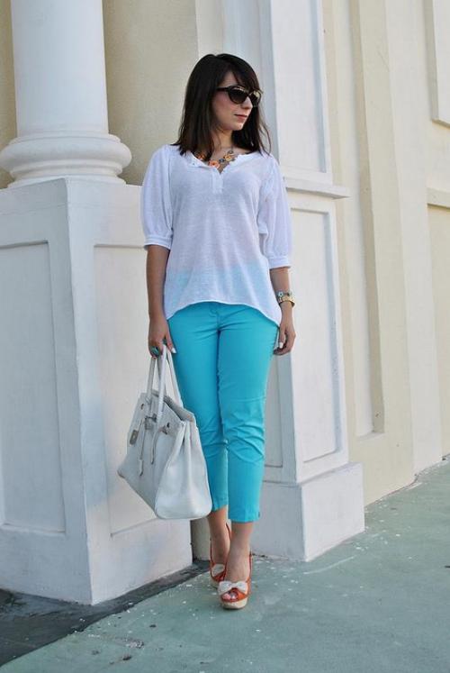 Бирюзовые брюки и белая футболка