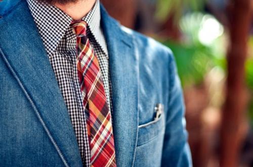 Джинсовый пиджак с галстуком