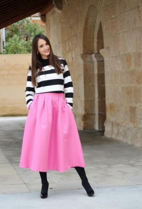 Розовая юбка с полосатой кофтой