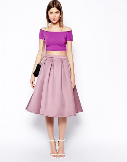 Фиолетовая футболка и пыльно-розовая юбка